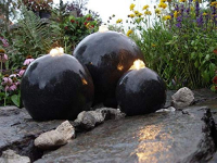 Ubbink LONDON - Terrazzo mit drei schwarzen Kugeln - 150l (Ø88xH32cm), 1600l/h, 3x(1x8) LEDs weiß - Ø17, Ø25, Ø33 cm